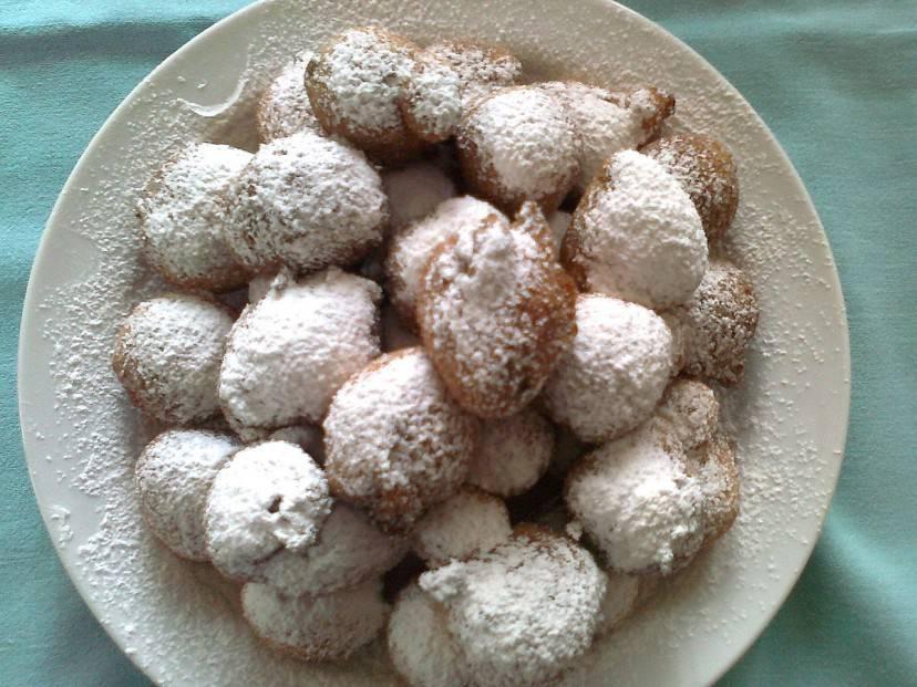 Frittelle di carnevale (Massimo Telò. CC BY-SA 3.0 via Wikimedia Commons)
