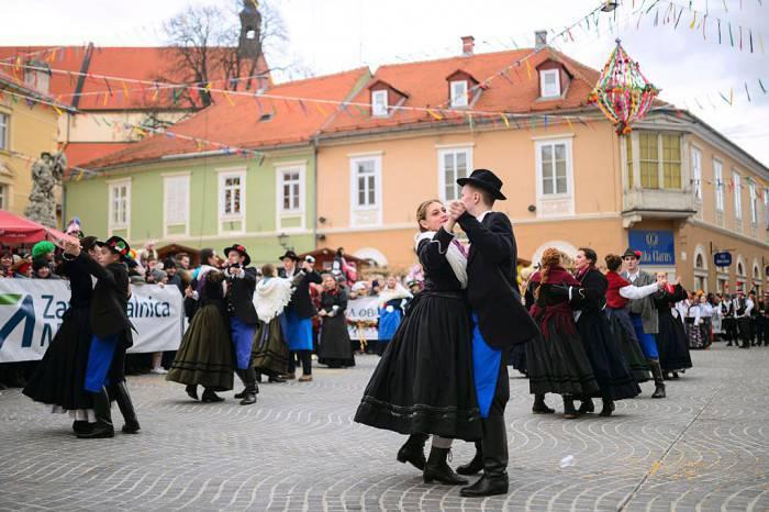 Costumi e balli tradizionali al Carnevale di Ptuj, in Slovenia (JURE MAKOVEC/AFP/Getty Images)
