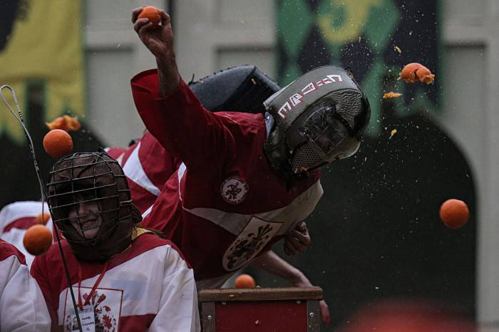 Battaglia delle arance a Ivrea (MARCO BERTORELLO/AFP/Getty Images)