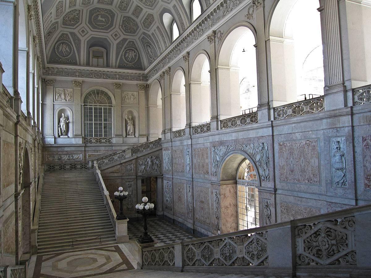 Scalone di Palazzo Reale a Napoli (Di Armando Mancini. CC BY-SA 2.0 via Wikicommons)