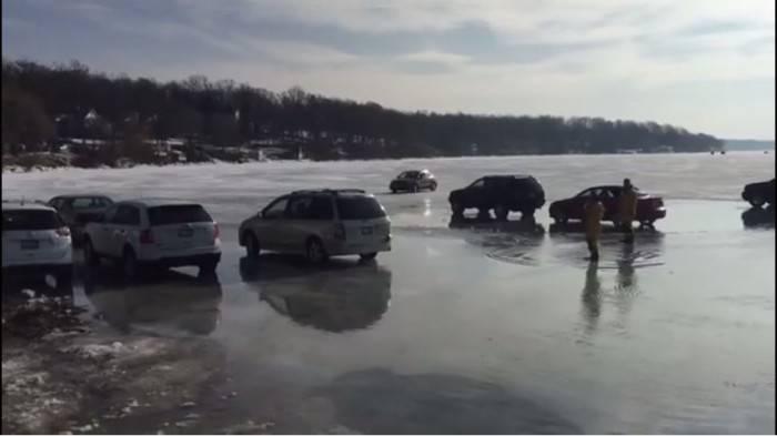 automobili lago ghiacciato