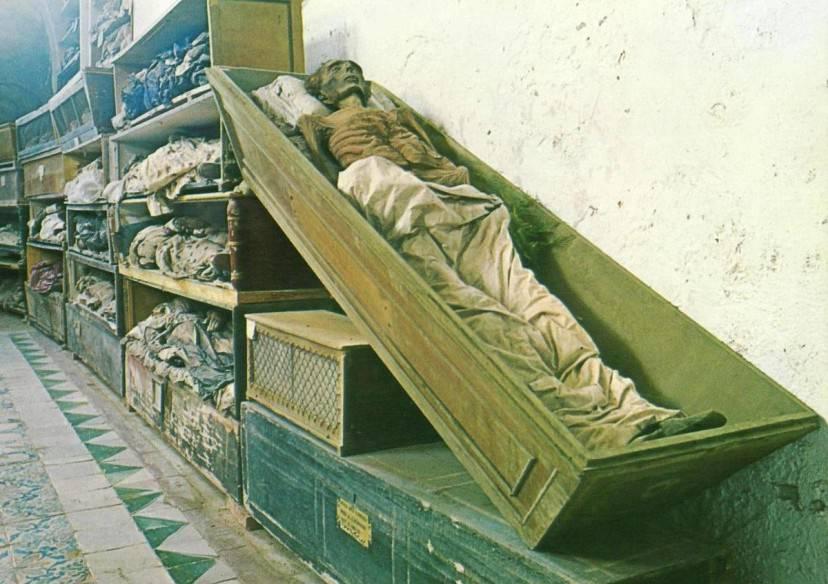 Le catacombe dei Cappuccini a Palermo (Wikipedia, pubblico dominio)