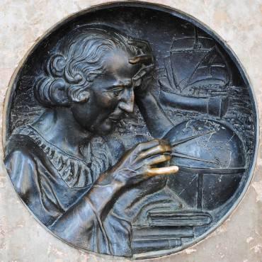 Il bassorilievo di Cristoforo Colombo a Torino (Foto di Turinboy. CC BY 2.0 via Flickr)