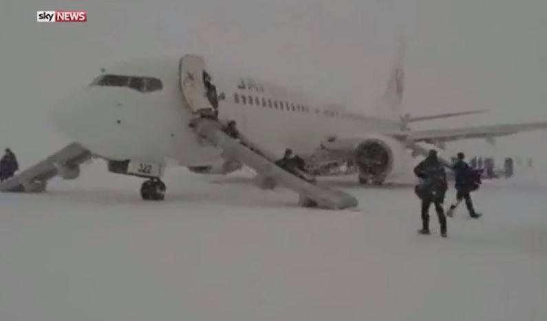 Passeggeri evacuati con gli scivoli (Screenshot YouTube)