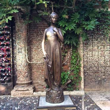 Statua di Giulietta, Verona (Foto di Scrant65. CC BY-SA 3.0 Wikicommons)
