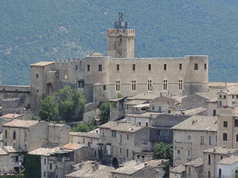 Capestrano, Castello Piccolomini (Foto di Pietro - Moto Itinerari, CC BY-SA 3.0, Wikipedia)