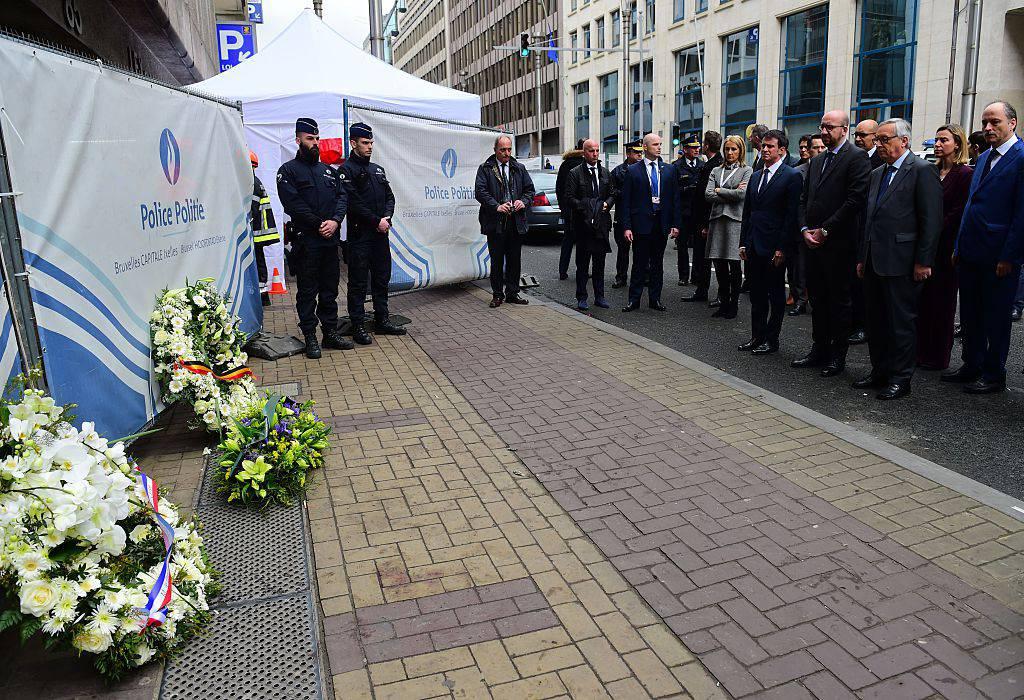 Il Primo Ministro Francese Valls, il primo Ministro Belga  Charles Michel e il Presidente della Commissione Europea  Jean-Claude Juncker rendono omaggio alle vittime della stazione della metro di Maelbeek      ( EMMANUEL DUNAND/AFP/Getty Images)
