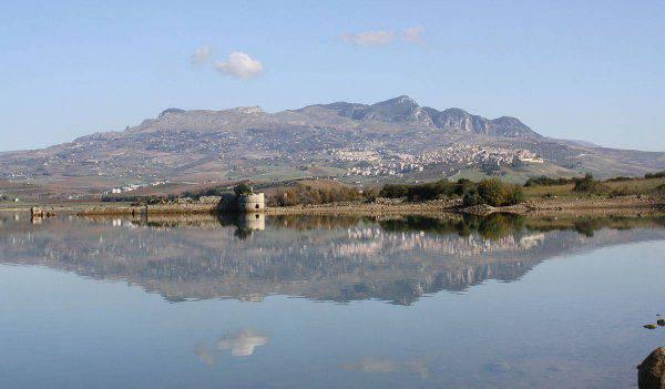 Sambuca vista dal Lago di Arancio (Di Ennio Gurrera, CC BY-SA 3.0, Wikipedia)