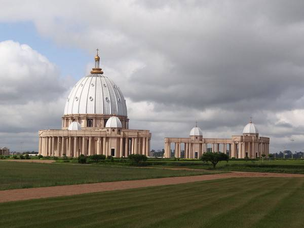 Basilica di Nostra Signora della Pace, Yamoussoukro, in Costa d'Avorio (Di Hanay, CC BY-SA 3.0, Wikicommons)