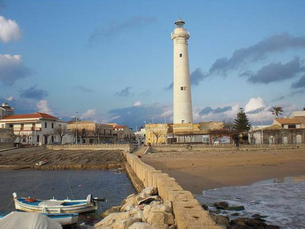 La spiaggia e il faro di Punta Secca, Sicilia (Di Sal73x, GFDL, Wikipedia)
