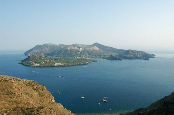 Isola di Vulcano vista da Lipari (Di andrea.pacelli - Flickr, CC BY-SA 2.0, Wikipedia)
