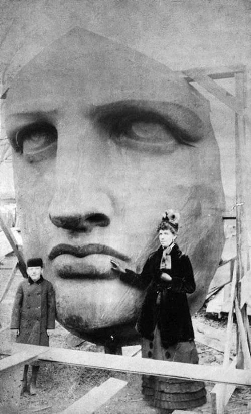 La faccia della Statua della Libertà ancora da assemblare