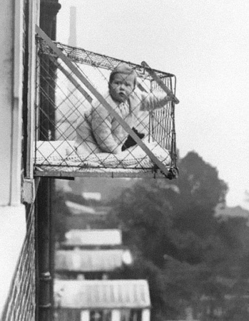 1930. Un'invenzione per far prendere aria ai bambini.