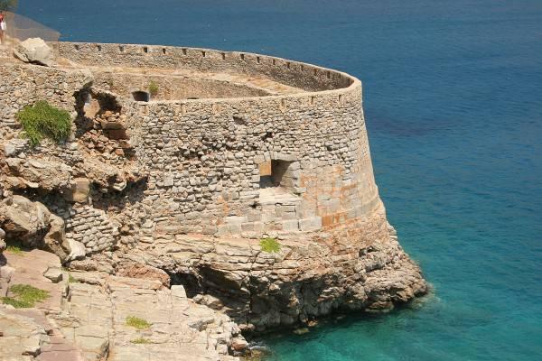 Spinalonga, fortificazioni veneziane (Di Alexander Baranov, CC BY 2.0, Wikicommons)