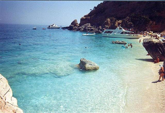 Cala Mariolu (Marrabbio2, CC BY-SA 3.0, Wikipedia)