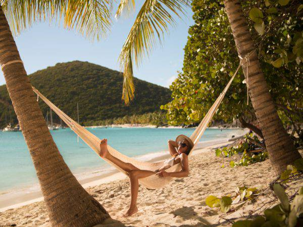 young and beautiful woman in bikini relaxing in a hammock at a tropical beach in White Bay, Jost Van Dyke, British Virgin Islands, Caraibi (Christian Wheatley, iSTock)