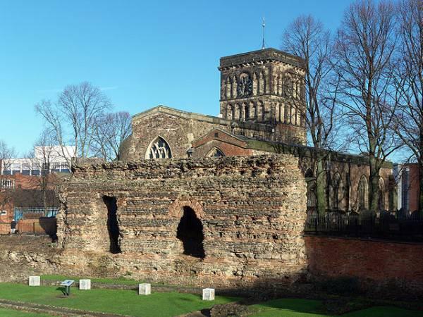 Le antiche mura romane di Jewry Wall e la chiesa di San Nicola a Leicester (Di NotFromUtrecht, CC BY-SA 3.0, Wikipedia)