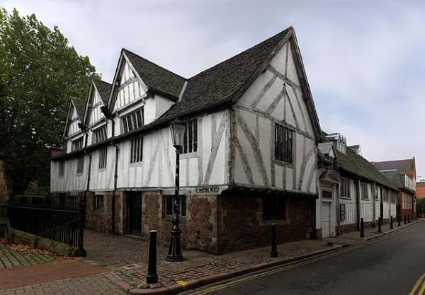 L'antico municipio di Guildhall (Di NotFromUtrecht, CC BY-SA 3.0, Wikipedia)