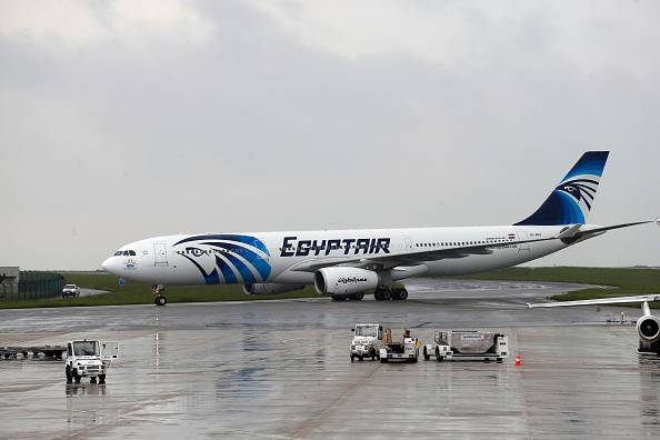 Un aereo della EgyptAir all'aeroporto del Cairo (THOMAS SAMSON/AFP/Getty Images)