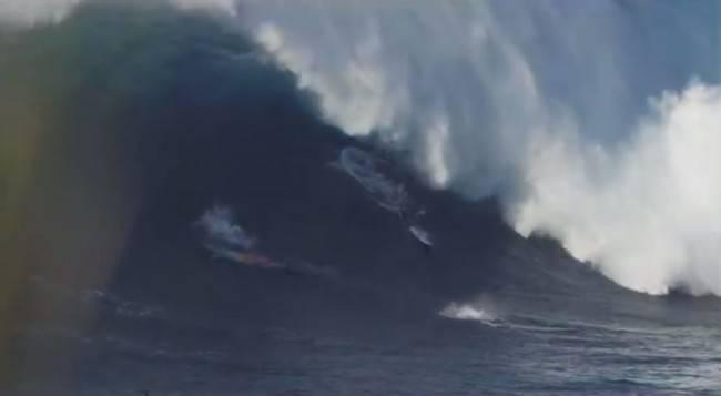 Surfisti travolti da un'onda gigantesca alle Hawaii (Screenshot YouTueb)