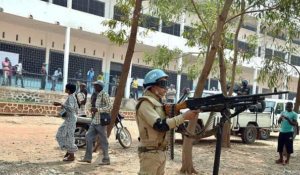 Caschi blu dell'Onu durante le elezioni presidenziali a Bangui, Repubblica Centraficana (ISSOUF SANOGO/AFP/Getty Images)