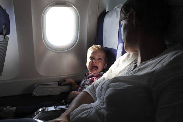 Bambino in aereo (iStock)