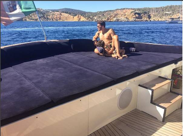 Stefano De Martino, costumino fin troppo attillato ad Ibiza