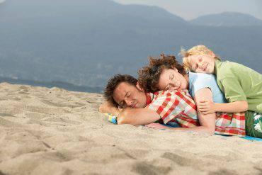 Dormire in spiaggia (FangXiaNuo, iStock)