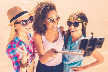 Selfie con le amiche in vacanza (iStock)