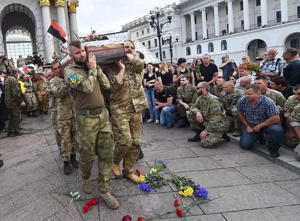 Kiev, funerali di militari ucraini uccisi nel conflitto con i separatisti filorussi (SERGEI SUPINSKY/AFP/Getty Images)