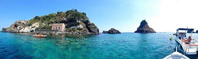 Isola Lachea, Riviera dei Ciclopi, Aci Trezza (Mariom990, CC BY-SA 4.0, Wikipedia)