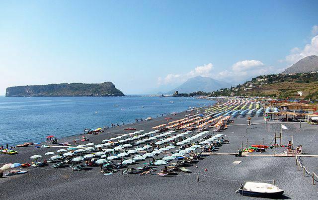Praia a Mare e l'Isola di Dino (Di Velvet, CC BY-SA 3.0, Wikipedia)