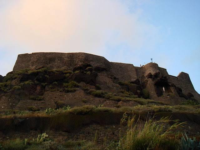 Castello dei Doria a Castelsardo (Stefano Bolognini, CC BY-SA 3.0, Wikipedia)