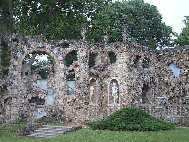 Villa Visconti Borromeo Litta, Ninfeo (Laurom, CC BY-SA 2.5, Wikicommons)