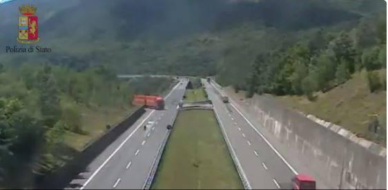 (Screenshot, video Polizia di Stato)