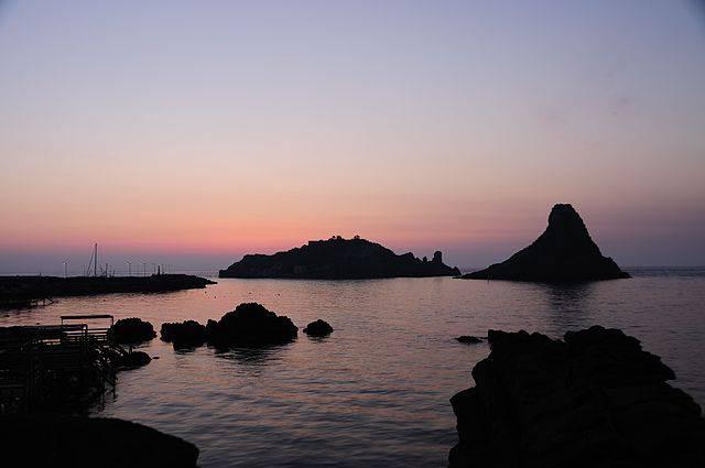 Isole dei Ciclopi ad Aci Trezza (Di gnuckx, CC BY 2.0, Wikicommons)