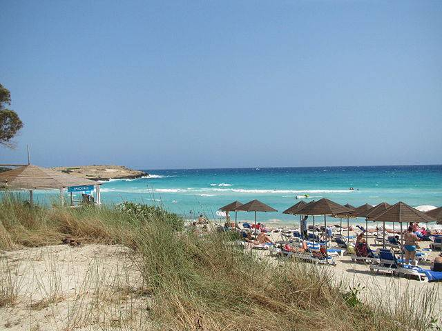 Nissi Beach, Ayia Napa, Cipro (Romeparis, CC BY-SA 3.0, Wikipedia)