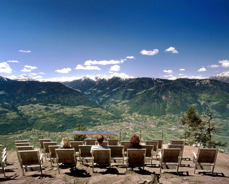 """Der """"Film"""", der im hochalpinen Knottenkino oberhalb von Vöran läuf, zeigt die Natur in Echtzeit: mit Blick über das Etschtal und die hohen Berge bis hin zur Ortlergruppe."""