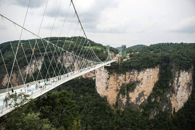 Ponte di vetro di Zhangjiajie, in Cina (FRED DUFOUR/AFP/Getty Images)