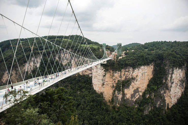 Ponte di vetro di Zhangjiajie, in Cina (FRED DUFOUR/AFP/Getty Images)