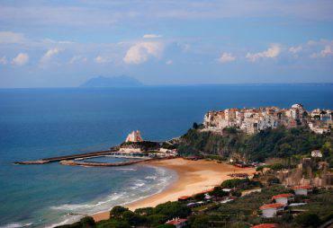Sperlonga, spiaggia dell'Angolo (IStock)