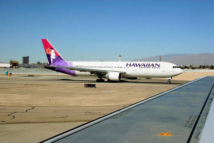 Washington, UNITED STATES: A Hawaiian Airlines jet taxies out to the runway at Phoenix Sky Harbor International Airport in Phoenix, Arizona 14 February, 2006. AFP PHOTO/Karen BLEIER (Photo credit should read KAREN BLEIER/AFP/Getty Images)