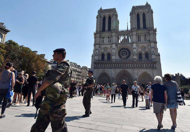 Controlli anti terrorismo davanti a Notre Dame, Parigi (ALAIN JOCARD/AFP/Getty Images)