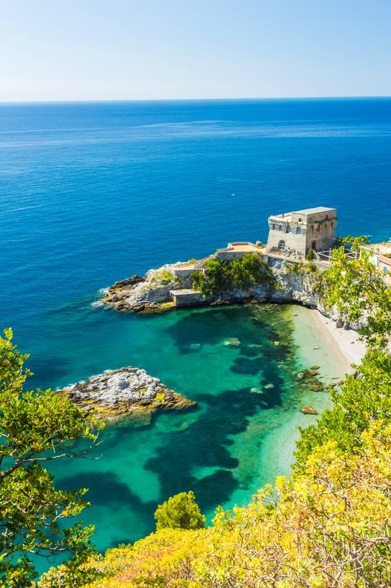 La Baia del Cauco di Erchie, Maiori, Costiera Amalfitana (Manfred Bortoli, iStock)