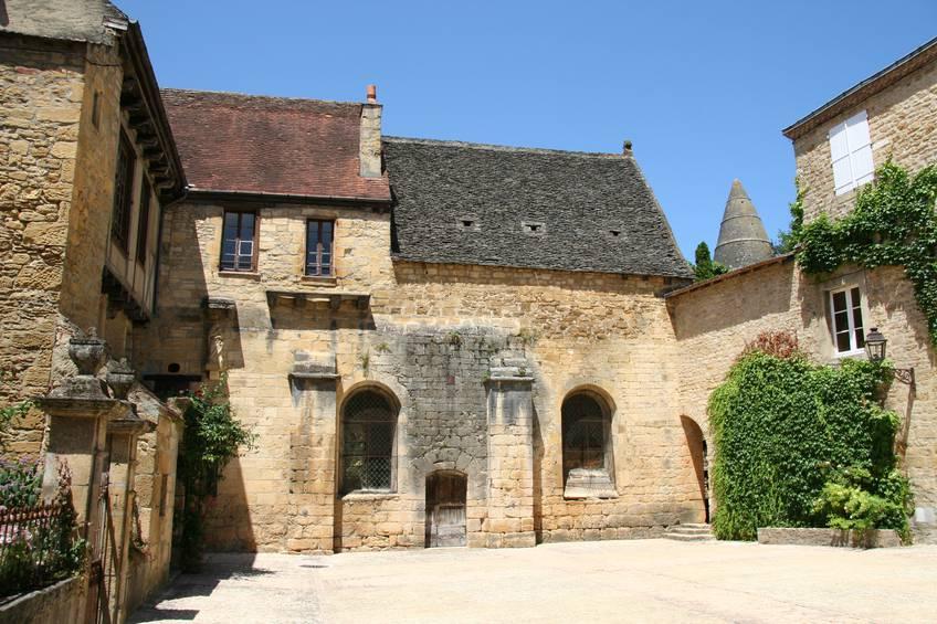 Borgo francese immerso nel medioevo in dordogna for Cortile della campagna francese