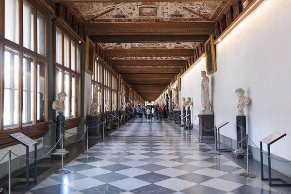 Galleria degli Uffizi, interno (Luca Aless, CC BY-SA 4.0, Wikipedia)