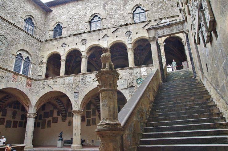 Cortile del Palazzo del Bargello, Firenze (Paolo Villa, Wikipedia, CC BY-SA 4.0