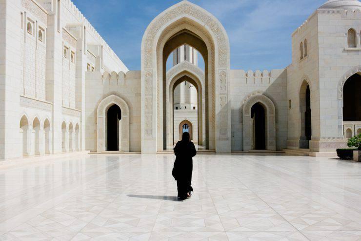 Donna nella Grande Moschea di Muscat, Oman (iStock)