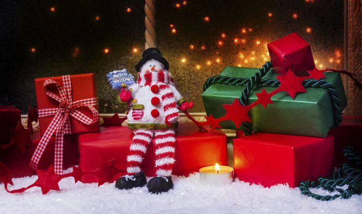 Schneemann mit Kerzen und Geschenke