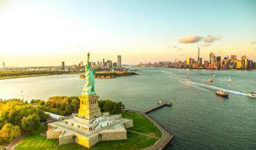 La Statua della Libertà con Ellis Island e lo skyline di Manhattan sullo sfondo
